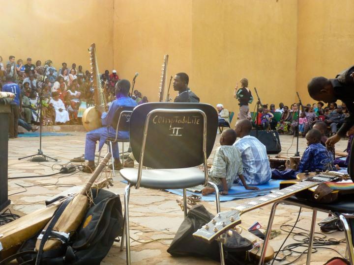 Salif Diabaté performing with his teacher Boubacar Cissoko