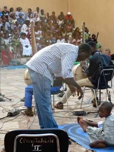 "Lassana Diabate coordinating the musicians ""backstage"""